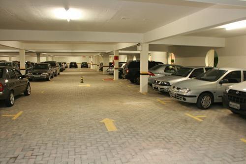 Garagem coberta para veículos de hóspedes incluso na diária.